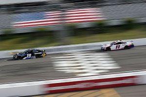 Martin Truex Jr., Joe Gibbs Racing, Toyota Camry, Denny Hamlin, Joe Gibbs Racing, Toyota Camry