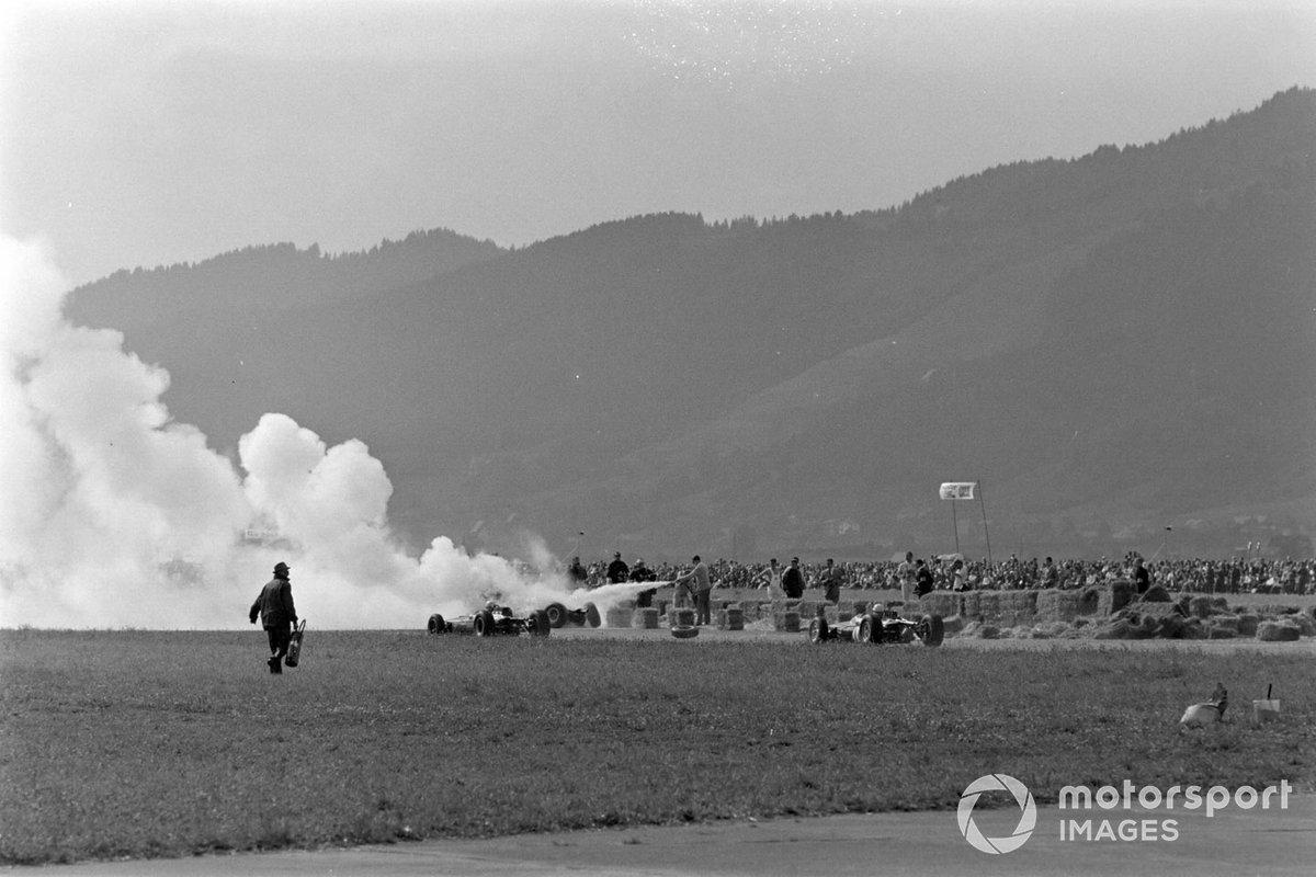 А соперники, как водится, продолжали мчаться вперед в нескольких метрах от грандиозного пожара