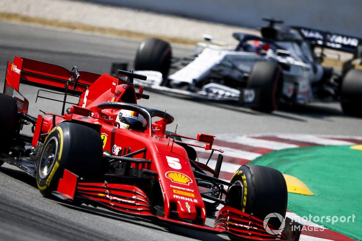 Sebastian Vettel, Ferrari SF1000, precede Daniil Kvyat, AlphaTauri AT01