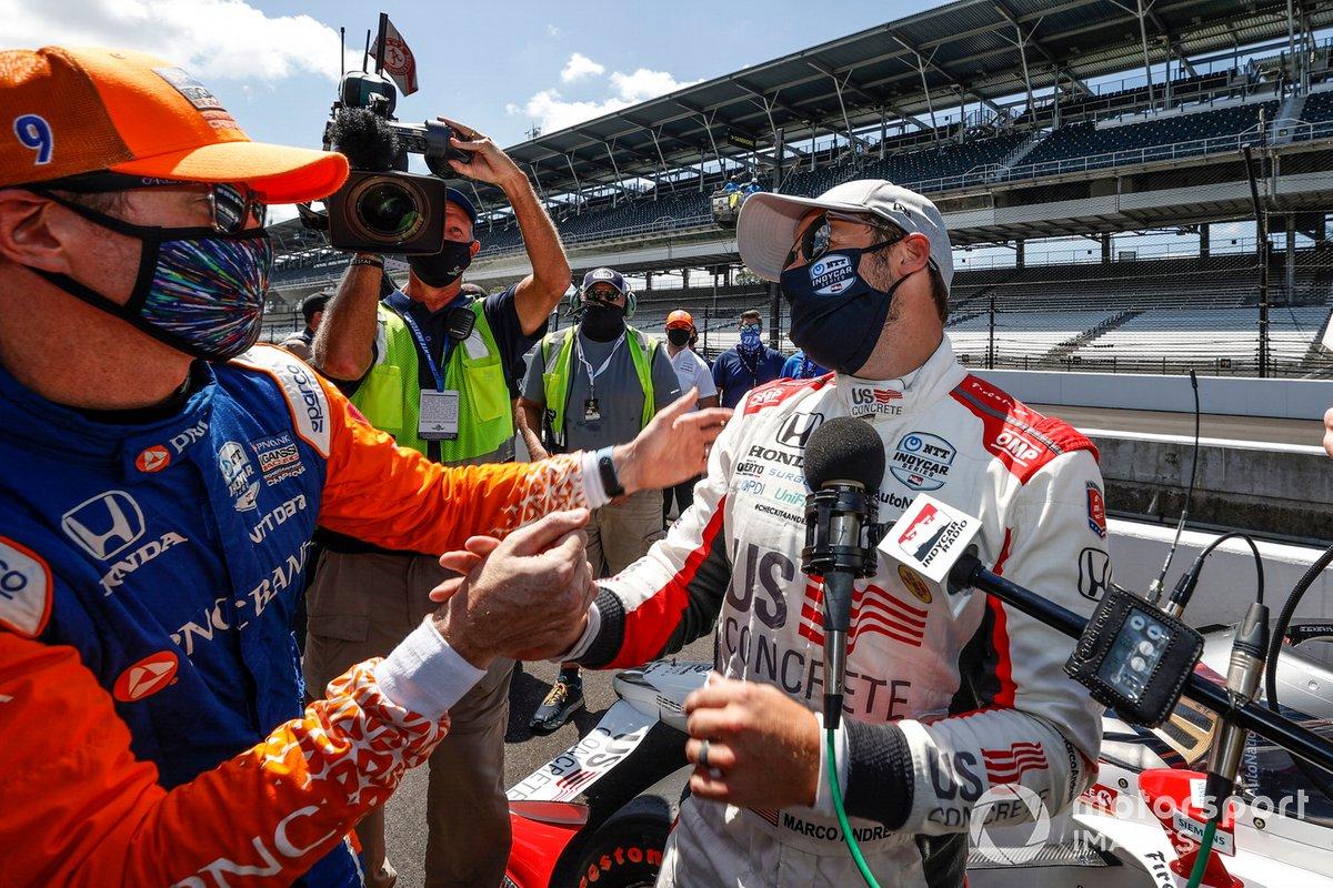 Marco Andretti, Andretti Herta with Marco & Curb-Agajanian Honda, tras lograr la pole, con Scott Dixon, Chip Ganassi Racing Honda