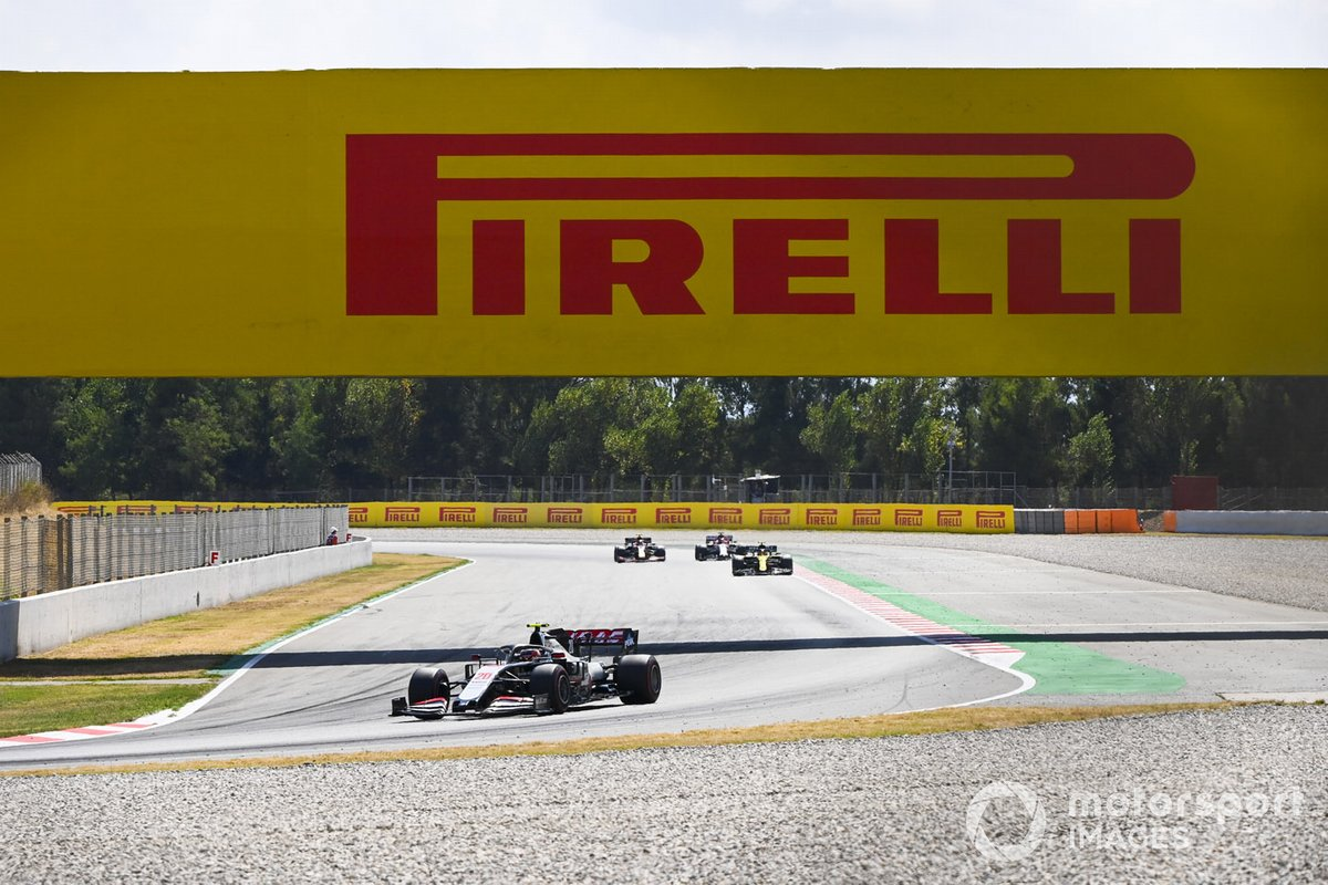 Kevin Magnussen, Haas VF-20, precede Esteban Ocon, Renault F1 Team R.S.20