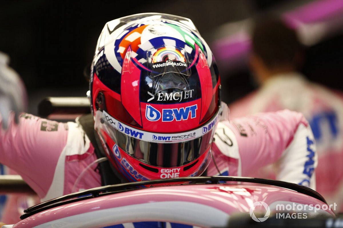 Sergio Pérez, de Racing Point, entra en su cabina