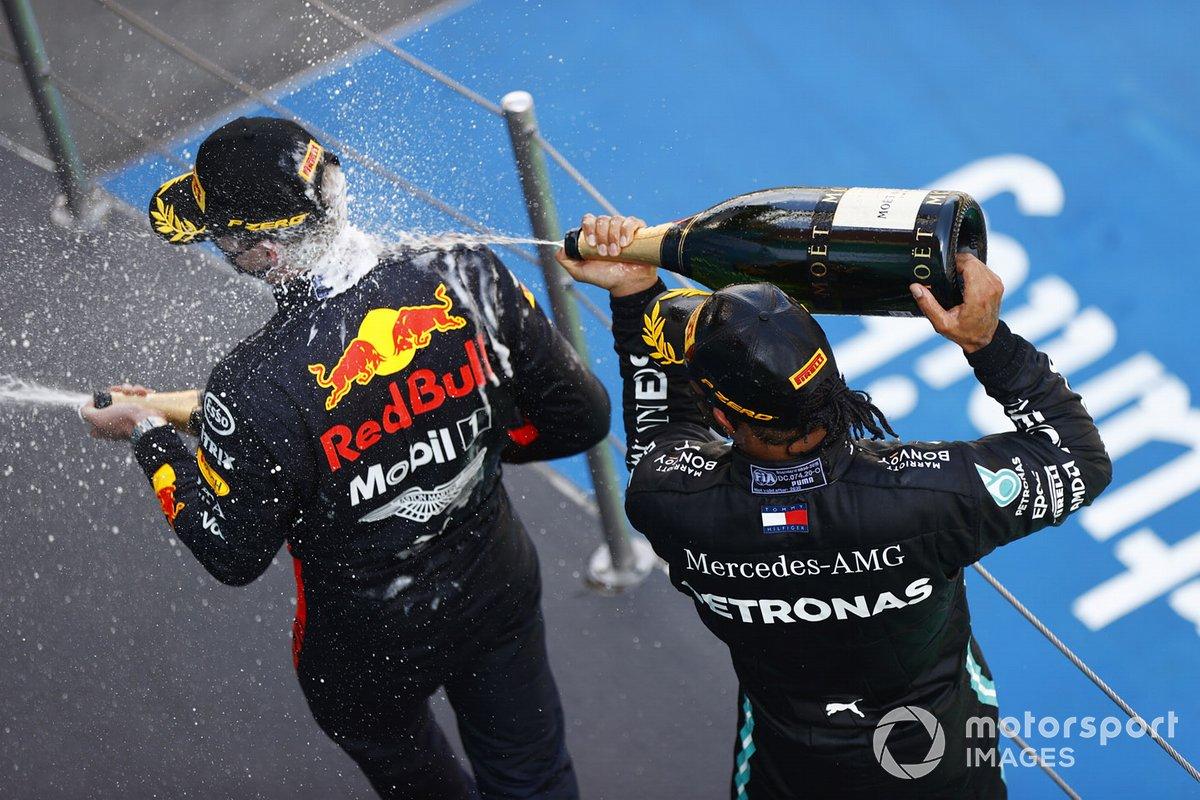 Lewis Hamilton, Mercedes-AMG Petronas F1, festeggia la vittoria spruzzando champagne su Max Verstappen, Red Bull Racing, sul podio
