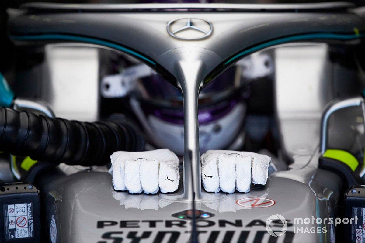 Guantes de Lewis Hamilton en el Mercedes W09