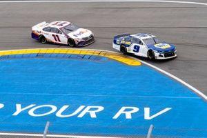Chase Elliott, Hendrick Motorsports, Chevrolet Camaro NAPA Auto Parts leads Denny Hamlin, Joe Gibbs Racing, Toyota Camry FedEx Freight