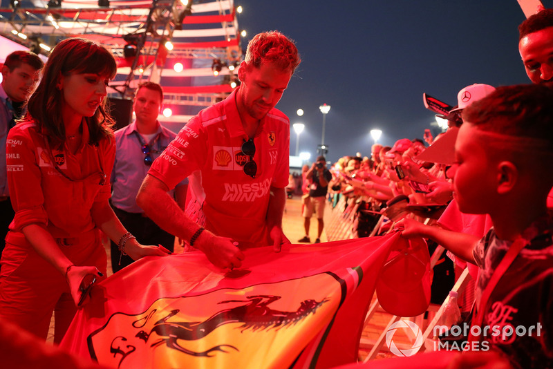 Sebastian Vettel, Ferrari firma autógrafos para los aficionados.