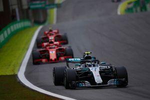 Valtteri Bottas, Mercedes AMG F1 W09 EQ Power+, Kimi Raikkonen, Ferrari SF71H, y Sebastian Vettel, Ferrari SF71H
