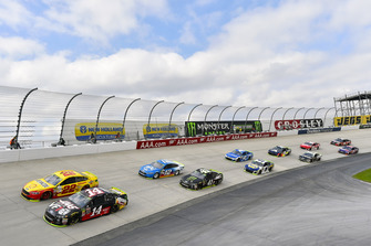 Clint Bowyer, Stewart-Haas Racing, Ford Fusion Haas VF1/Rush Truck Centers e Joey Logano, Team Penske, Ford Fusion Shell Pennzoil