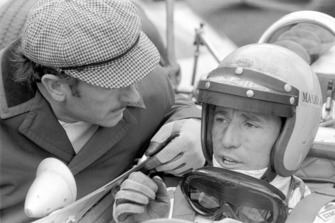 Colin Chapman, proprietario del team Lotus e Mario Andretti, Lotus