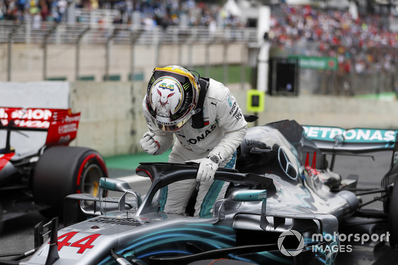Lewis Hamilton, Mercedes AMG F1, festeggia la pole nel parco chiuso