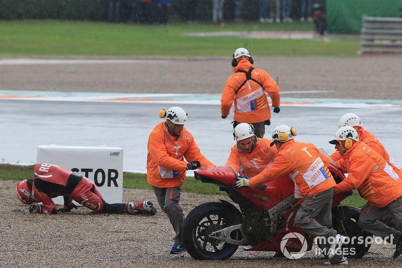 Aleix Espargaro, Aprilia Racing Team Gresini, dopo la caduta