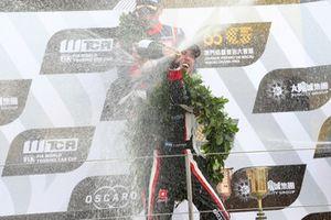 Podio: il vincitore della gara Esteban Guerrieri, ALL-INKL.COM Münnich Motorsport Honda Civic Type R TCR
