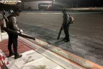 Arbeiten an den Randsteinen auf dem Yas Marina Circuit in Abu Dhabi