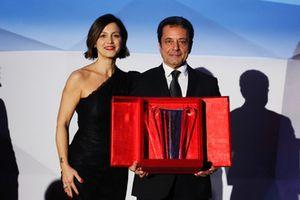 Valentina Albanese premia Vincenzo Montalbano