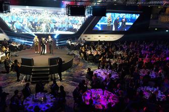 Nicolas Hamilton, frère du Champion du monde de F1 Lewis Hamilton, reçoit de sa part les prix de pilote britannique de l'année et pilote international de l'année