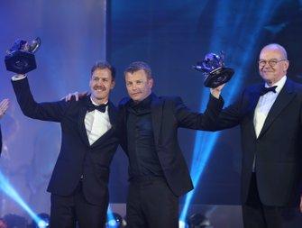 Себастьян Феттель и Кими Райкконен с трофеями за второе и третье места в чемпионате мира