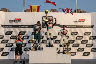 Podium: Racewinnaar Jean-Karl Vernay, Audi Sport Leopard Lukoil Team Audi RS 3 LMS, tweede plaats Pepe Oriola, Team Oscaro by Campos Racing Cupra TCR, derde plaats Gordon Shedden, Audi Sport Leopard Lukoil Team Audi RS 3 LMS