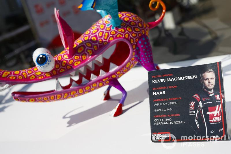 La table de Kevin Magnussen, Haas F1 Team, pour les autographes