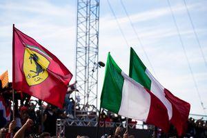 Bandiera Ferrari e bandiere italiane, nel parco chiuso