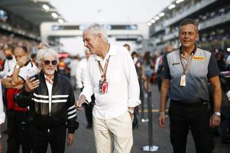 Bernie Ecclestone, Presidente emérito de Fórmula 1, Marco Tronchetti Provera, Pirelli, y Mario Isola, Gerente de carreras, Pirelli Motorsport en la parrilla
