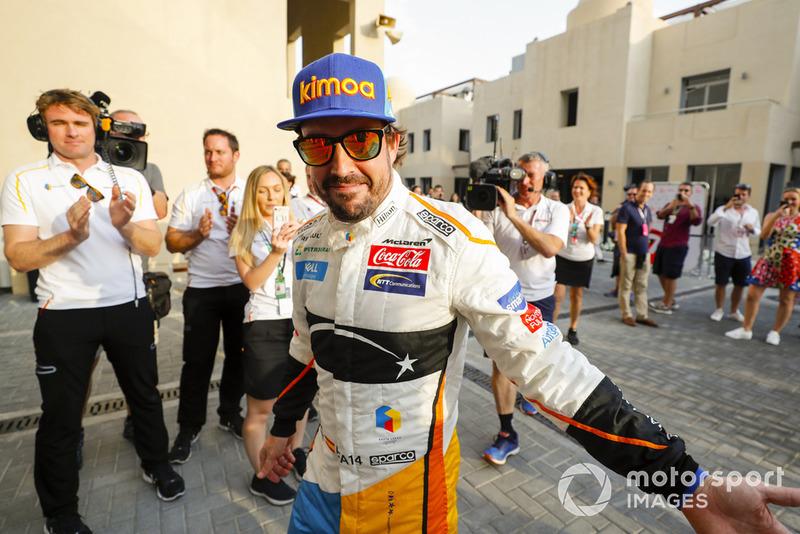 Fernando Alonso, McLaren, Entra en el garaje a los aplausos de su equipo.