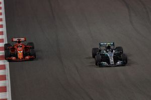 Sebastian Vettel, Ferrari SF71H lotta con Valtteri Bottas, Mercedes-AMG F1 W09