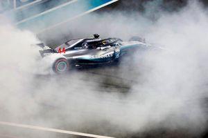Lewis Hamilton, Mercedes AMG F1 W09 EQ Power+, esegue dei donut sulla griglia di partenza, dopo aver vinto la gara