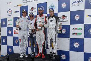 Podio TCR Gara 2: il vincitore della gara Luigi Ferrara, 42 Racing SA, il secondo classificato Lorenzo Nicoli, MM Motorsport, il terzo classificato Matteo Greco