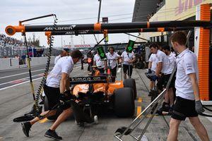Stoffel Vandoorne, McLaren MCL33, s'arrête au stand