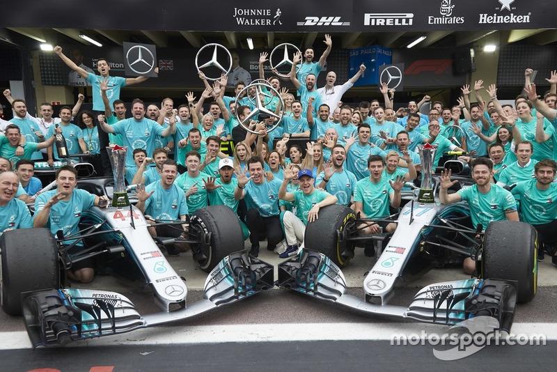 Lewis Hamilton, Valtteri Bottas, Toto Wolff, Mercedes AMG F1 con el equipo