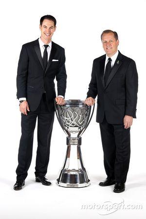 El campeón Joey Logano, el equipo Penske y su jefe de equipo Todd Gordon con el trofeo