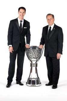 Il Campione Joey Logano, Team Penske e il suo crew chief Todd Gordon, con il trofeo