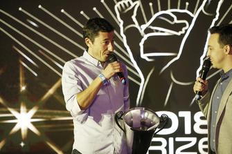 Un membre de ART récupère le trophée