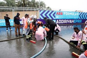 Les commissaires enlèvent l'eau de la piste