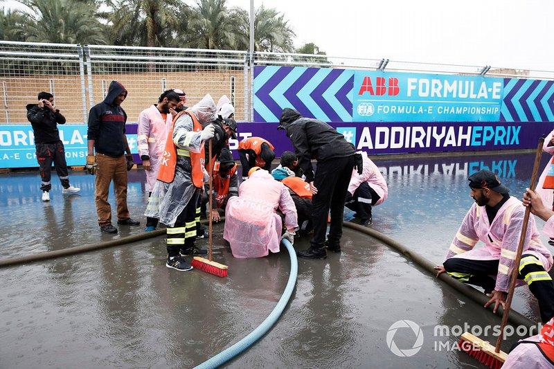 Oficiales sacan el agua de la pista