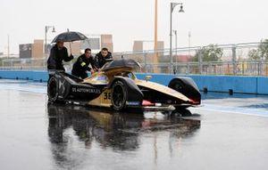 Les mécaniciens poussent la voiture d'Andre Lotterer, DS TECHEETAH, DS E-Tense FE19 dans la voie des stands