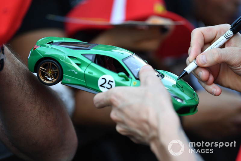 Kimi Raikkonen, Ferrari firma autógrafos para los aficionados un modelo a escala de Ferrari