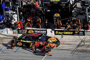 Martin Truex Jr., Furniture Row Racing, Toyota Camry Bass Pro Shops/5-hour ENERGY, pit stop