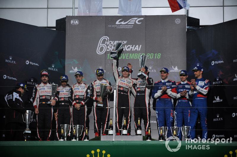 Los ganadores, sus compañeros del #7 Toyota Gazoo Racing Toyota TS050: Mike Conway, Kamui Kobayashi, Jose Maria Lopez