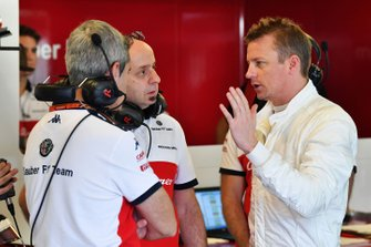 Kimi Raikkonen, Sauber discute avec Simone Resta, designer Sauber