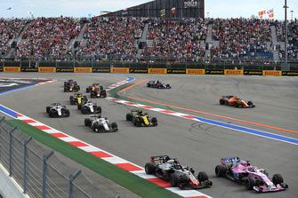 Sergio Perez, Racing Point Force India VJM11, Romain Grosjean, Haas F1 Team VF-18 en Marcus Ericsson, Sauber C37