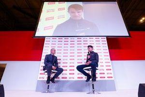 Lando Norris habla con Stuart Codling en el escenario de Autosport