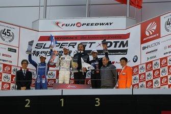 Podio: ganador de la carrera Nick Cassidy, Lexus Team TOM'S Lexus LC500, 2º Koudai Tsukakoshi, Real Racing Honda NX-GT, 3º Naoki Yamamoto, Team Kunimitsu Honda NSX-GT
