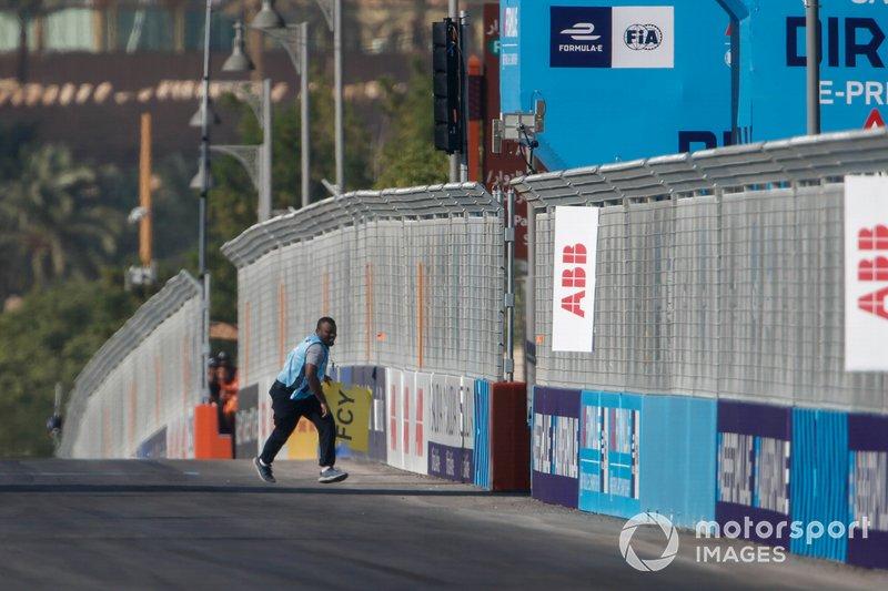 Un comisario retira restos de la pista en Ad Diriyah