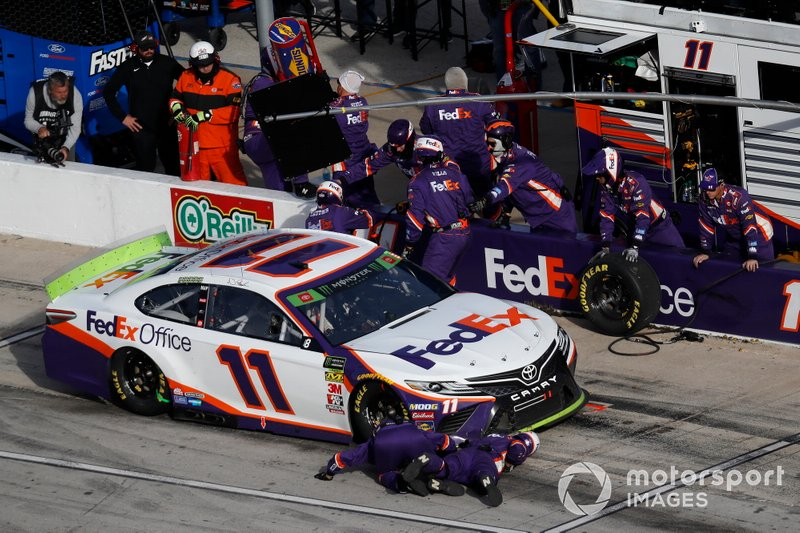 Denny Hamlin, Joe Gibbs Racing, Toyota Camry FedEx Office, pit stop