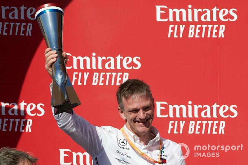 James Allison, direttore tecnico, Mercedes AMG, alza il trofeo Costruttori
