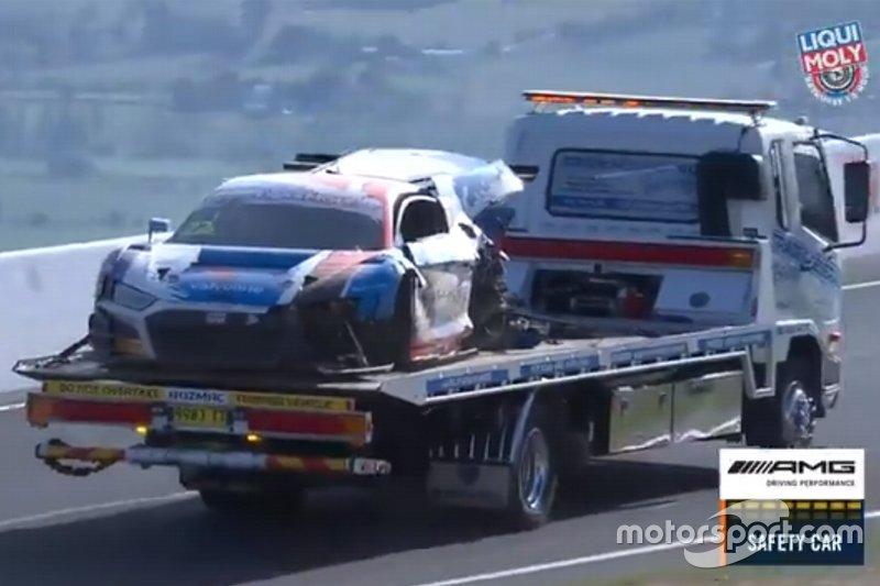 Incidente per la #22 Audi Sport Team Valvoline Audi R8 - LMS GT3: Garth Tander, Chris Mies, Mirko Bortolotti