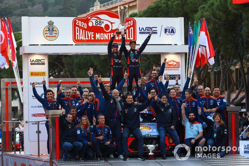 Podio: Il vincitore Thierry Neuville, Nicolas Gilsoul, Hyundai Motorsport Hyundai i20 Coupe WRC con il team