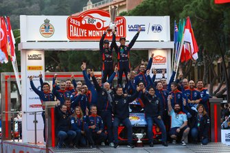 Podium: Winner Thierry Neuville, Nicolas Gilsoul, Hyundai Motorsport Hyundai i20 Coupe WRC with the team