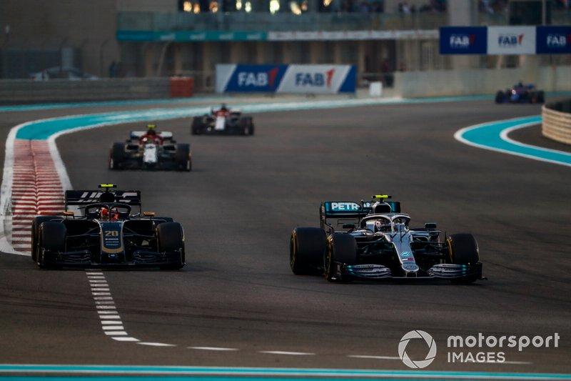 Valtteri Bottas, Mercedes AMG W10, precede Kevin Magnussen, Haas F1 Team VF-19, Antonio Giovinazzi, Alfa Romeo Racing C38, e Kimi Raikkonen, Alfa Romeo Racing C38